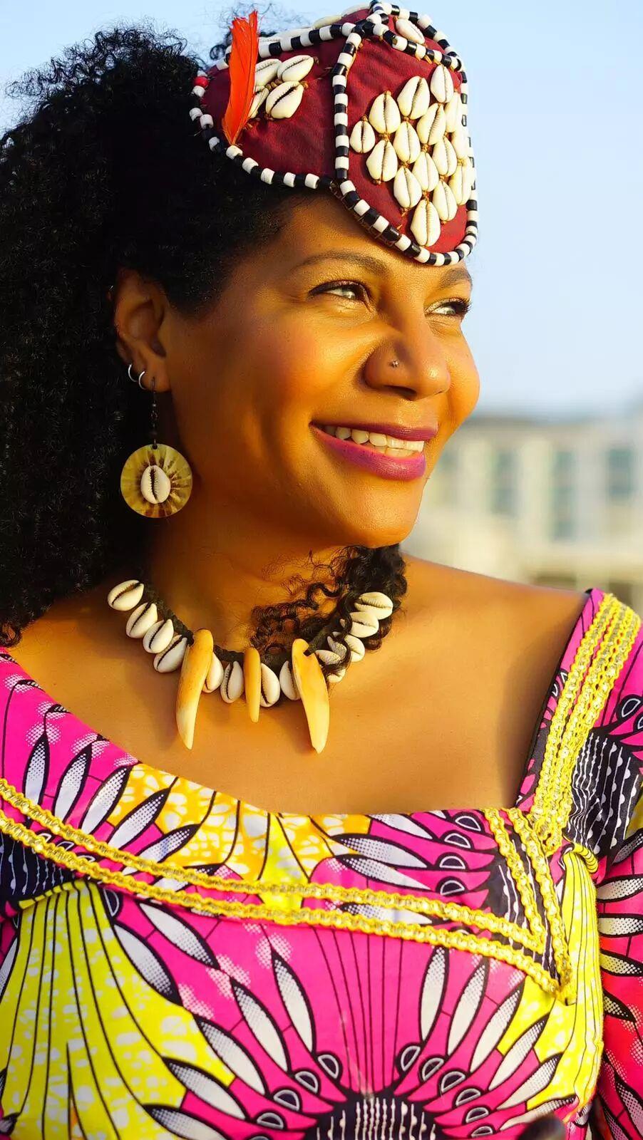 Rainha do Congo recebe doação da Educacoin